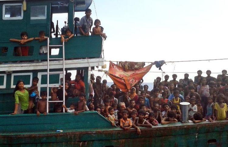 775888-un-bateau-de-migrants-rohingyas-le-14-mai-2015-en-mer-d-andaman-au-large-de-la-thailande